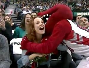 FRAME Atriz recebe presentes de mascote da NBA  (Foto: Reprodução)