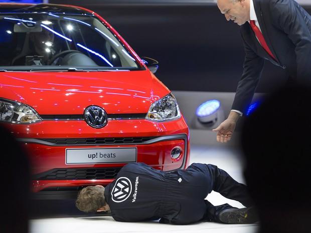 Comediante interrompe apresentação da Volkswagen em Genebra (Foto: Fabrice Coffrini/AFP)