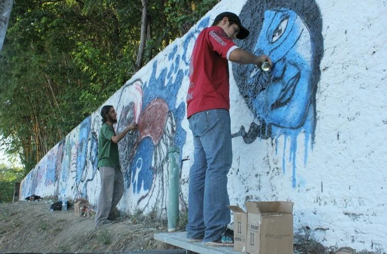 Grafiteiros realizando suas obras (Foto: Katiúscia Monteiro/G1 AM)