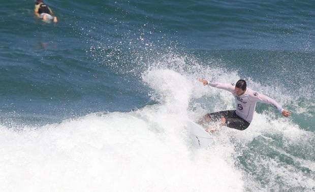 Vladimir Brichta surfa na Praia da Macumba, RJ (Foto: Delson Silva / Agnews)