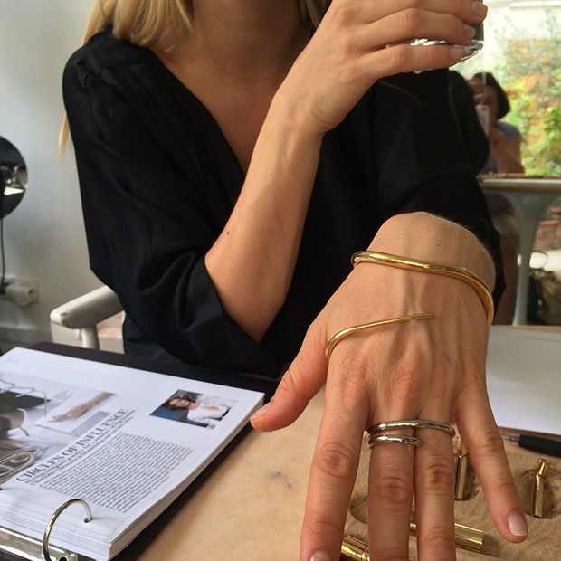 Charlotte Chesnais shows her signature designs to Suzy Menkes in her Paris showroom  (Foto: Divulgação)
