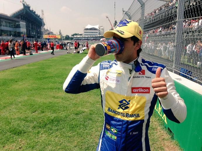 Já virou tradição: Felipe Nasr bebe café antes das corridas e compartilha foto com os fãs (Foto: Reprodução / Twitter)