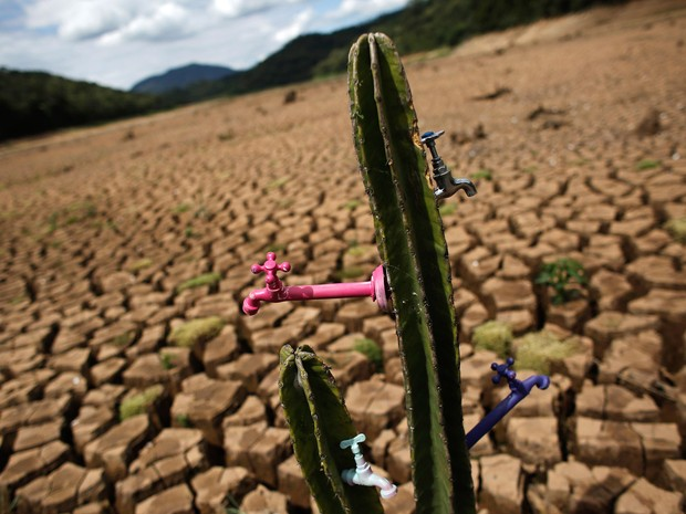 Foto de terça (2) e publicada nesta quarta (3) mostra a instalação 'Deserto da Cantareira' feita pelo artista e ativista Mundano na represa Atibainha, parte do sistema Cantareira, em São Paulo. A cidade enfrenta a pior crise hídrica de sua história (Foto: Nacho Doce/Reuters)