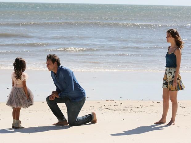 Bella aparece para contar a novidade ao casal (Foto: Isabella Pinheiro/Gshow)