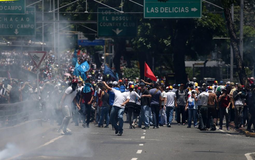 Imagem de arquivo mostra manifestantes e polícia entram em confronto em protesto nas ruas de Caracas (Foto: Reuters/Carlos Garcia Rawlins)