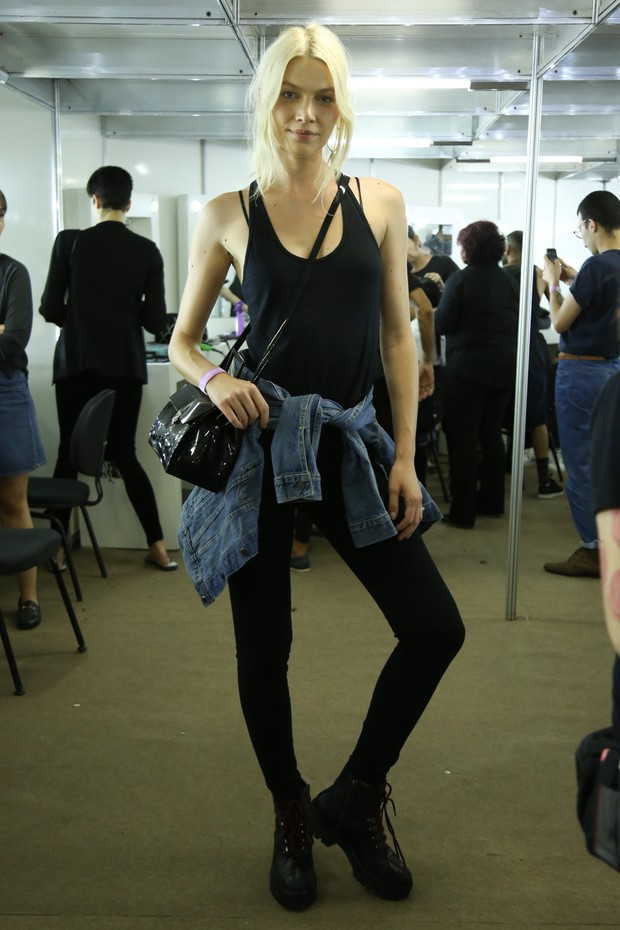 Aline Weber no backstage do Elle Fashion   (Foto:  Roberto Filho / BRAZIL NEWS )