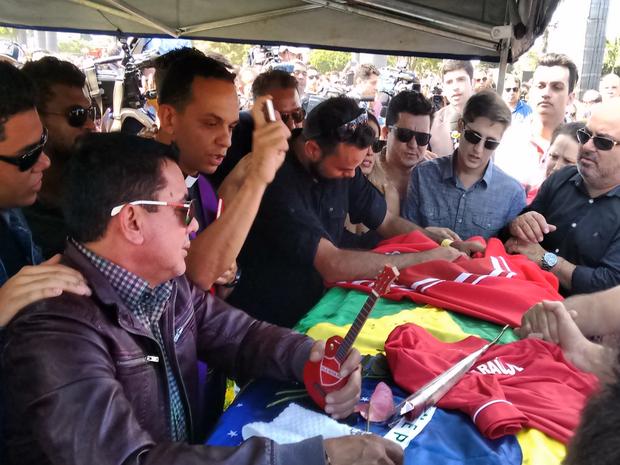 Família chora em caixão de Cristiano Araújo Goiânia Goiás (Foto: Sílvio Túlio/G1)