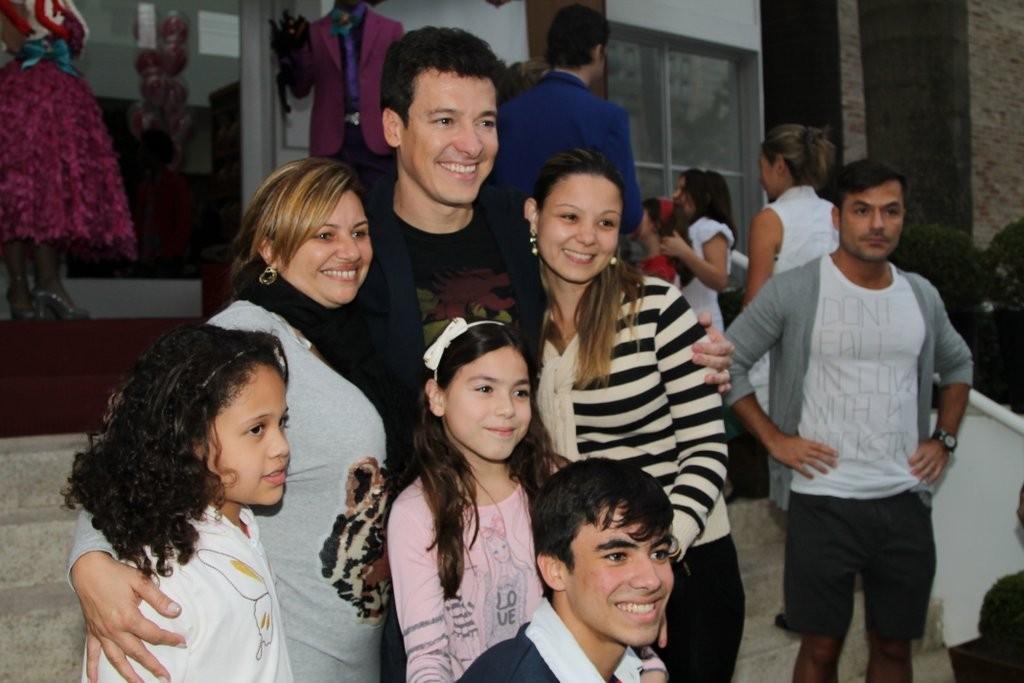 Rodrigo Faro posou com fãs (Foto: Thiago Duran/AgNews)