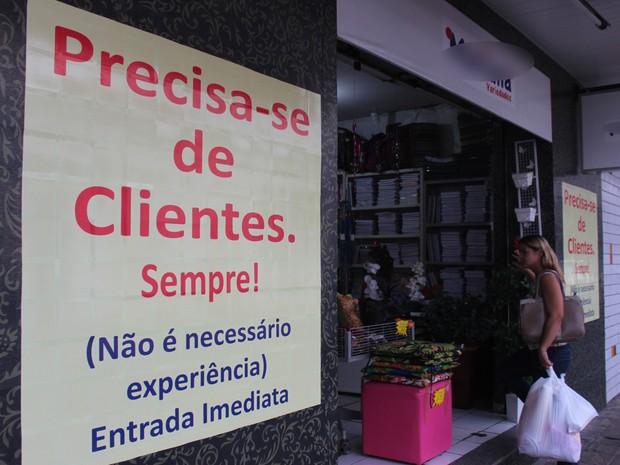 Cartaz inusitado pretende atrair clientes e aquecer vendas em loja de variedades (Foto: Gustavo Almeida/G1)
