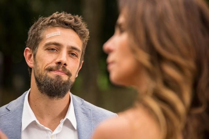 César aproveita proximidade com Alice (Foto: Inácio Moraes / Gshow)