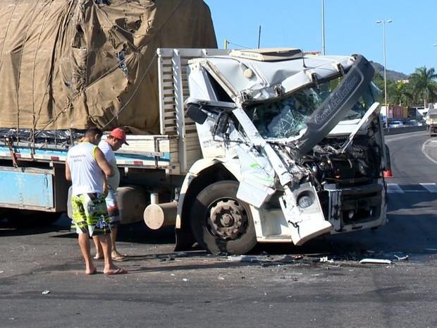 Carreta bateu em caminhão na BR-262, em Viana, no Espírito Santo (Foto: Reprodução/ TV Gazeta)
