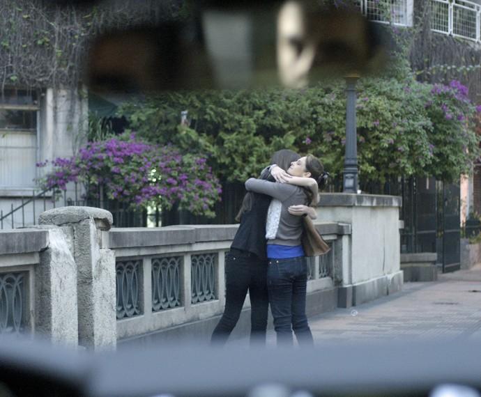 Alex vê Carolina abraçando Angel (Foto: TV Globo)