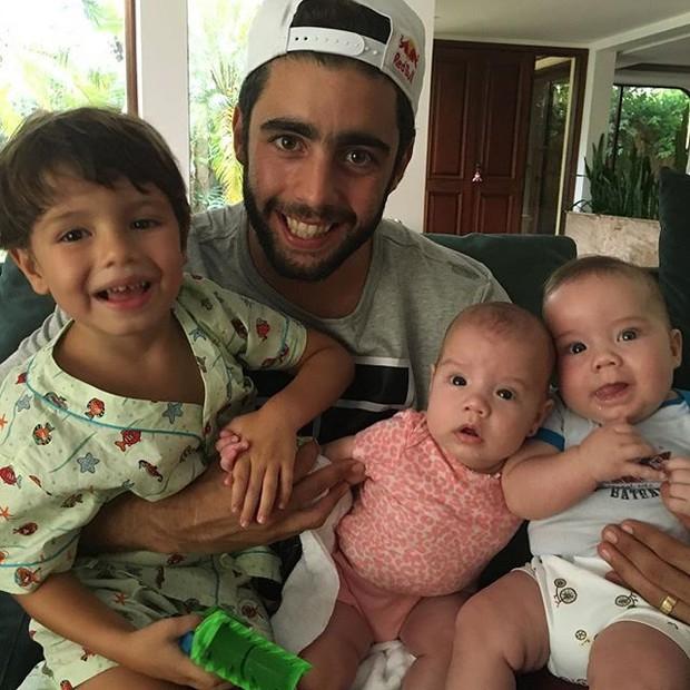 Pedro Scooby com os filhos (Foto: Reprodução/Instagram)