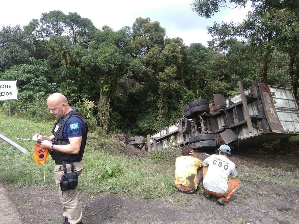 Acidente aconteceu na manhã deste sábado (8), em São José dos Pinhais  (Foto: Divulgação/PRF)