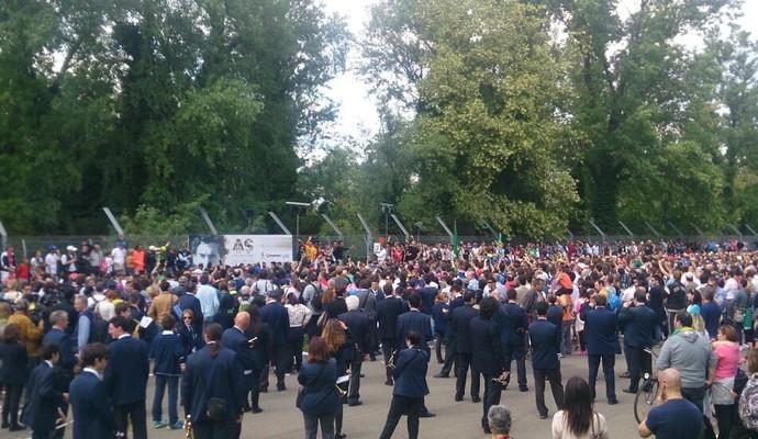 Milhares de fãs de Ayrton Senna prestam homenagens ao piloto em Ímola (Foto: Felipe Siqueira)