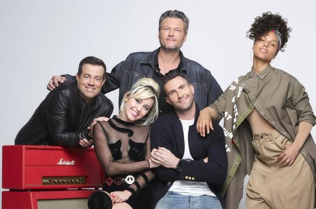 """Os treinadores do """"The voice"""" Blake Shelton, Adam Levine, Alicia Keys e Miley Cyrus, e o apresentador Carson Daly (Foto: Divulgação / NBC)"""