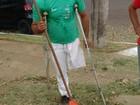 Entre muleta e rastelo, jardineiro sem perna chama atenção na capital de MS
