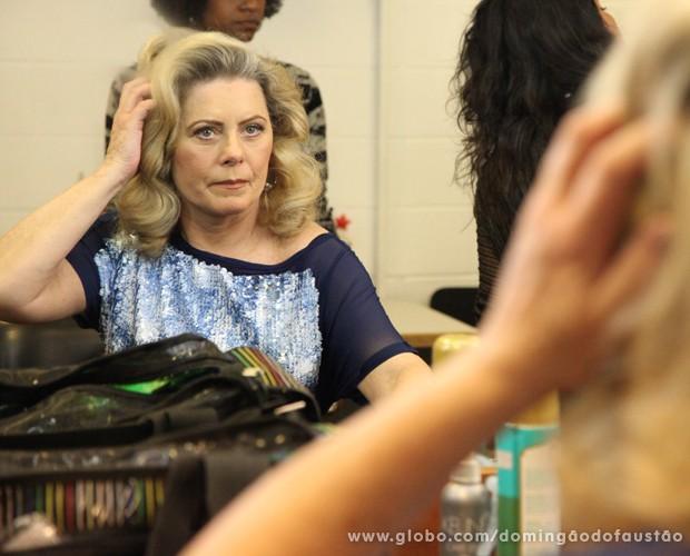 Vera Fischer ajeita os cabelos (Foto: Carol Caminha / TV Globo)