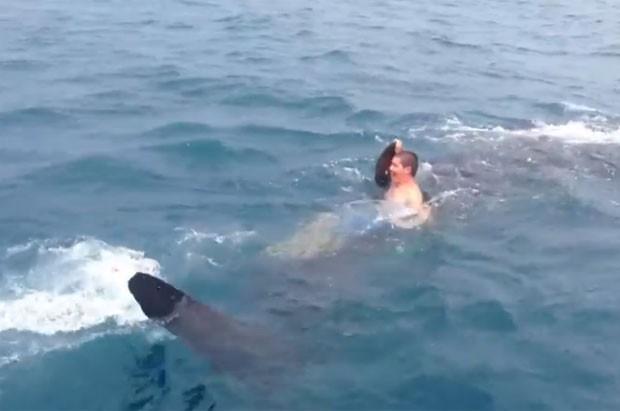 Chris Kreis, de 19 anos, saltou no mar e pegou carona com um tubarão-baleia (Foto: Reprodução/YouTube/LimitedOutFishing)