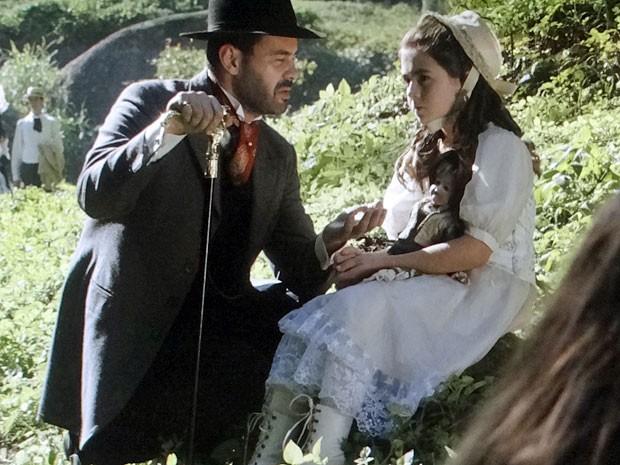 Homem igual a Fernando aparece na visão de Clara (Foto: Amor Eterno Amor/TV Globo)
