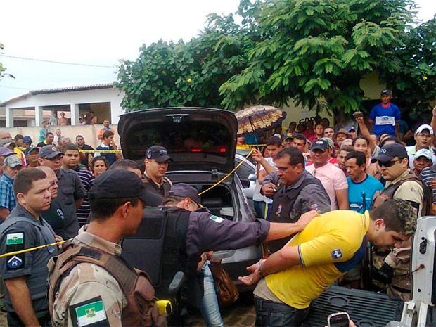 Um dos suspeitos preso vestia camiseta amarela com a logomarca dos Correios (Foto: Adriana Nascimento)