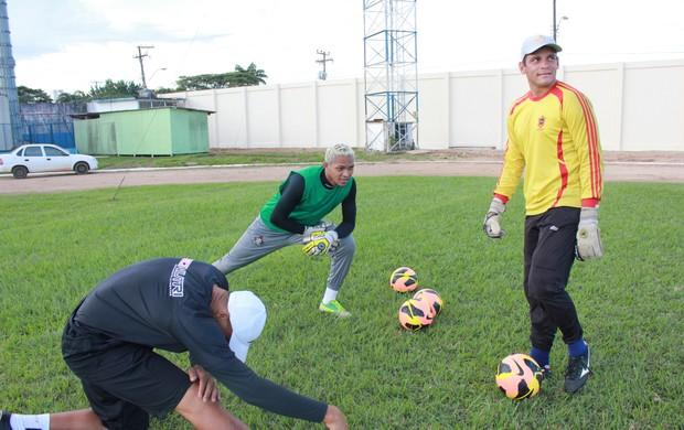 Goleiros se preparam com Professor Manga (Foto: Michele Carvalho)