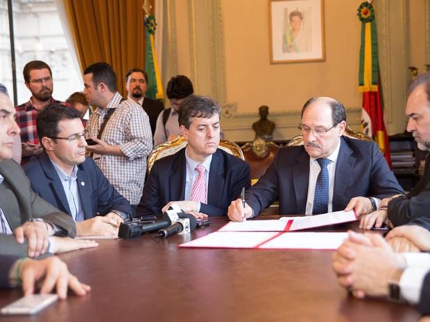Governador José Ivo Sartori assinou decreto de emergência coletivo em razão das chuvas (Foto: Karine Viana/Palacio Piratini)