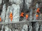 Monges praticam artes marciais em passagem estreita de montanha