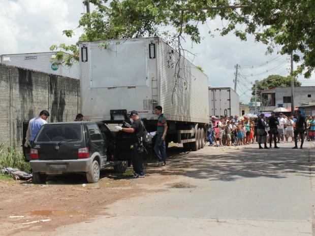 Corpo foi localizado dentro de carro na manhã desta quarta (28) (Foto: Adneison Severiano/G1 AM)