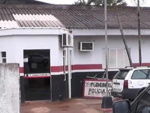Os dois homens após serem presos por policiais militares foram levados para a Delegacia de Rolim de Moura. (Foto: Site Rolnews/Divulgação)