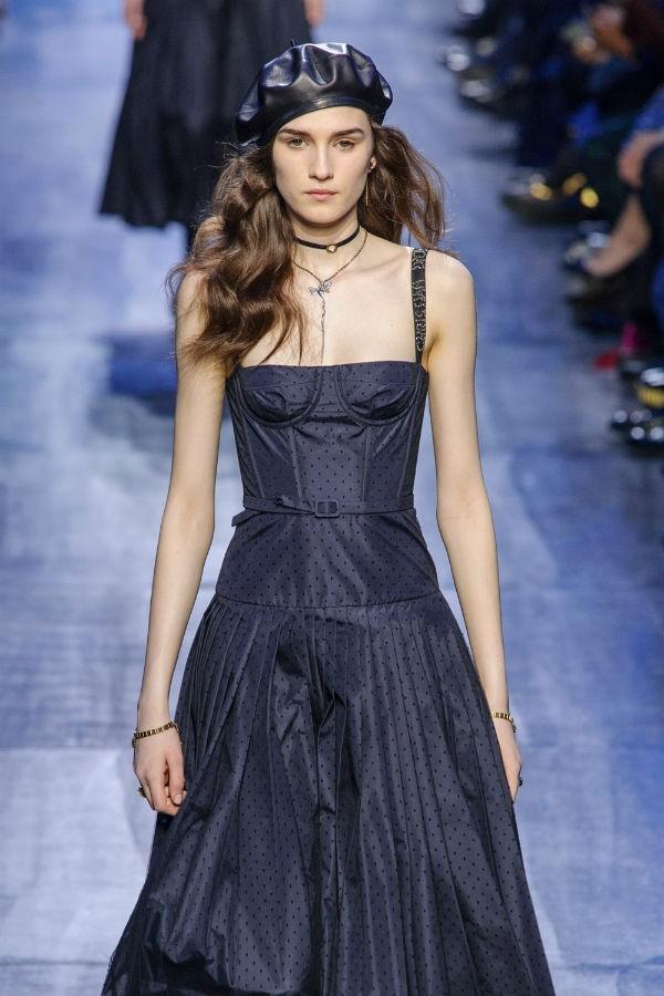 O corselete na última coleção Dior, assinada por Maria Grazia Chiuri (Foto: imaxtree)