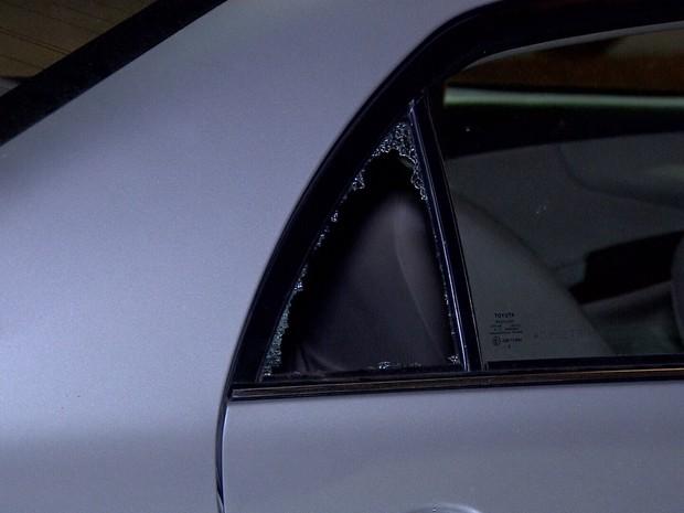 Vidro de carro precisou ser quebrado para socorrer menina (Foto: Rede Amazônica/ Reprodução)