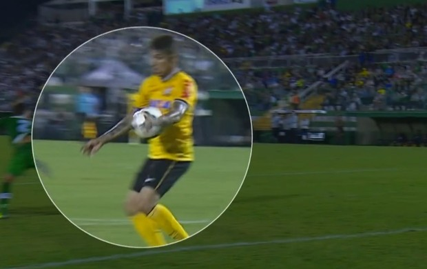 Guerrero bola na mão gol Corinthians Chapecoense (Foto: Reprodução SporTV)