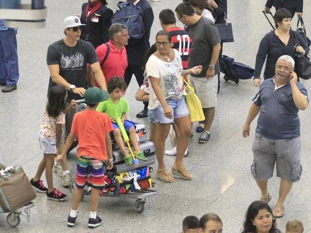 Márcio Garcia e os filhos em aeroporto no Rio (Foto: Delson Silva e Dilson Silva/ Ag. News)