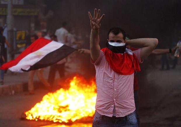 Partidários de Mursi marcham no Egito apesar de segurança reforçada (Foto: Louafi Larbi/Reuters)