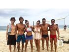 Aline Riscado e Felipe Roque treinam com amigos em praia no Rio