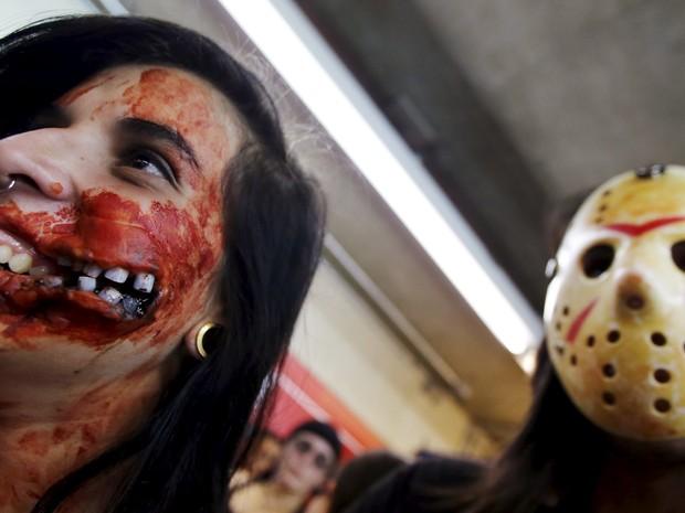 Pintura no rosto de participante de caminhada dos zumbis no Centro de SP (Foto: Paulo Whitaker/Reuters)