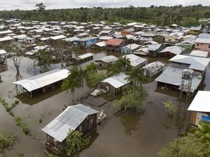 Vista da cidade alagada pela cheia do Rio Solimões, uma das ramificaçõse do Rio Amazonas, em Anamã. De acordo com a defesa civil mais de 237 mil pessoas foram afetaads pelas chuvas em todo o estado (Foto: Bruno Kelly/Reuters)