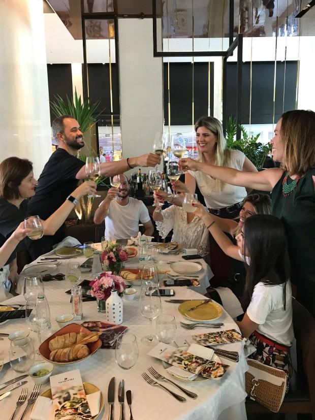 Almoço entre Swarowski e Marie Claire foi comemorado com um brinde (Foto: Reprodução / Instagram)