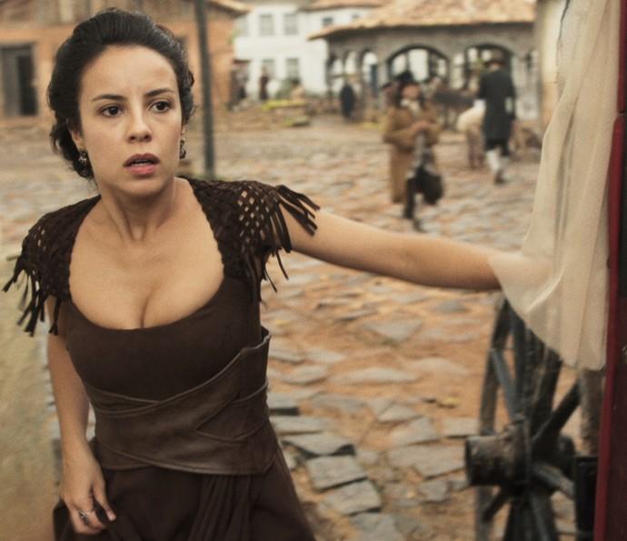 Joaquina vê a cena e fica preocupada (Foto: TV Globo)