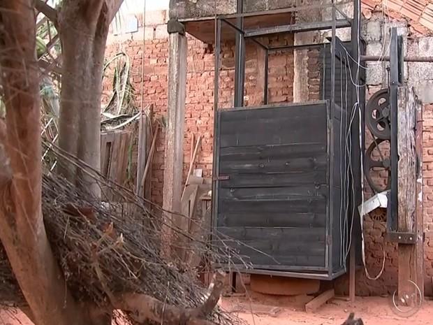 Elevador foi construído para que idosa tivesse acesso ao quintal de casa. rio preto (Foto: Reprodução/TV TEM)