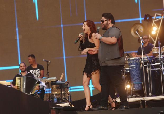 Sophia Abrahão, César Menotti e Fabiano cantando no festival Brahma Valley (Foto: Iwi Onodera / EGO)
