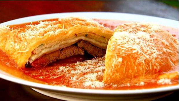 Convidado do Jacarejão cria sanduíche com omelete e mostra como é o passo a passo no programa (Foto: Reprodução EPTV)