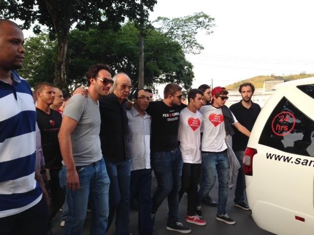 Erasmo Carlos, seus outros filho e amigos se abraçam no enterro (Foto: Káthia Mello / G1)