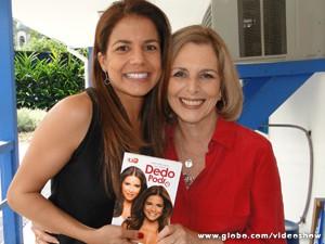 Nívea presenteia Irene Ravache com livro (Foto: Vídeo Show/TV Globo)