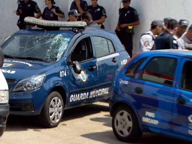 Carro da Guarda Municipal de Campinas com o vidro quebrado após acidente (Foto: Reprodução EPTV)