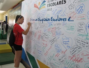 Menina deixa sua assinatura no mural de recados (Foto: Carol Fontes/Globoesporte.com)
