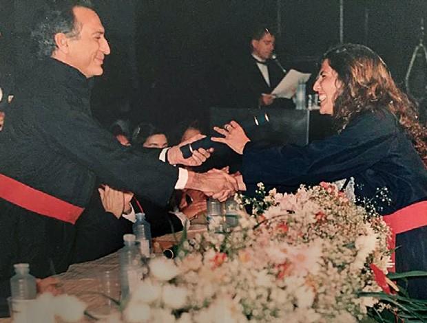Luciana recebe o diploma das mãos do pai,  na formatura (Foto: Arquivo Pessoal)