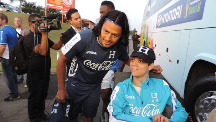 Roger Espinoza atendeu pedido de menino com paralisia cerebral para uma foto (Foto: Alan Schneider)