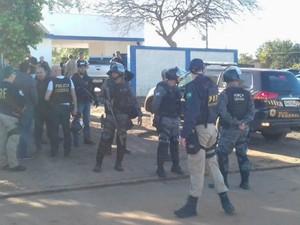 Policiais federais militares e civis estão na propriedade onde indígenas ocupam (Foto: Diogo Nolasco/TV Morena)